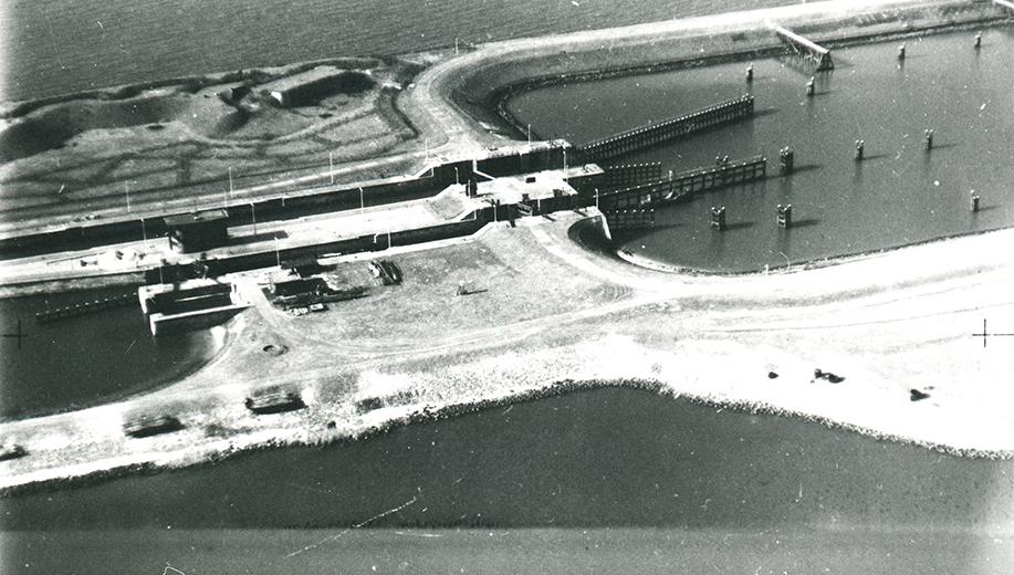 16-1938-de-Lorentz-schutsluizen-bij-Kornwerderzand