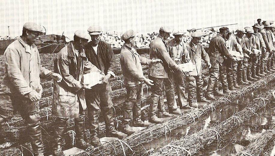 5-1928-1_stenen-doorgeven-om-het-zinkstuk-straks-te-laten-zinken