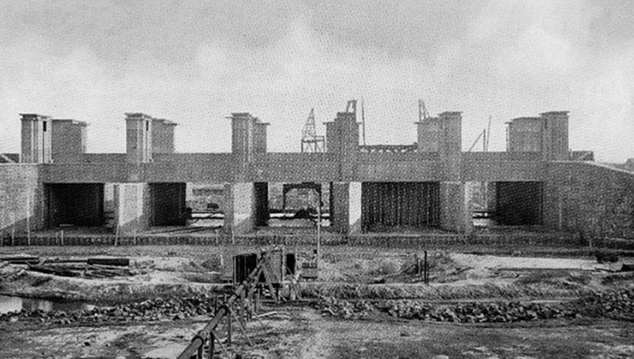 9-1930-bouw-spuisluizen-bij-Den-Oever