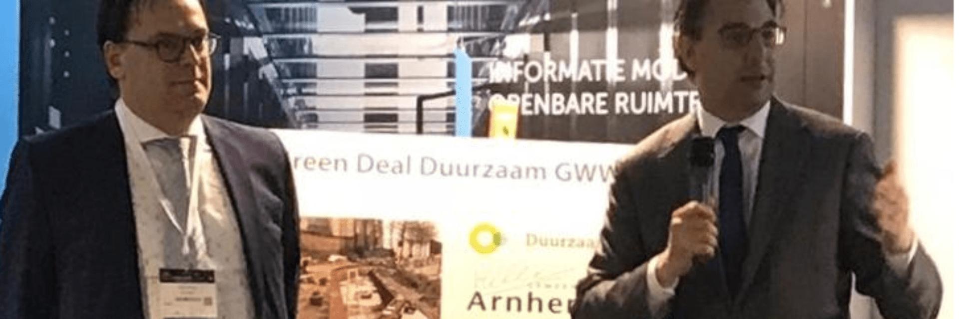 Project Afsluitdijk ontvangt duurzaamheidsparel. Er staan twee mannen op de foto. De ene man heeft een microfoon vast.