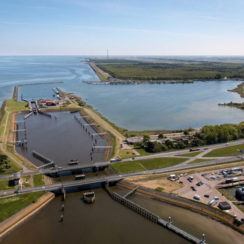 Luchtfotografie Nederland, mei 2014, Noord-Holland. Begin Afsluitdijk t.h.v. Den Oever.