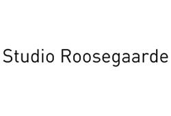 Logo Studio Roosegaarde. Dit is een witte achtergrond met zwarte letters met de naam.
