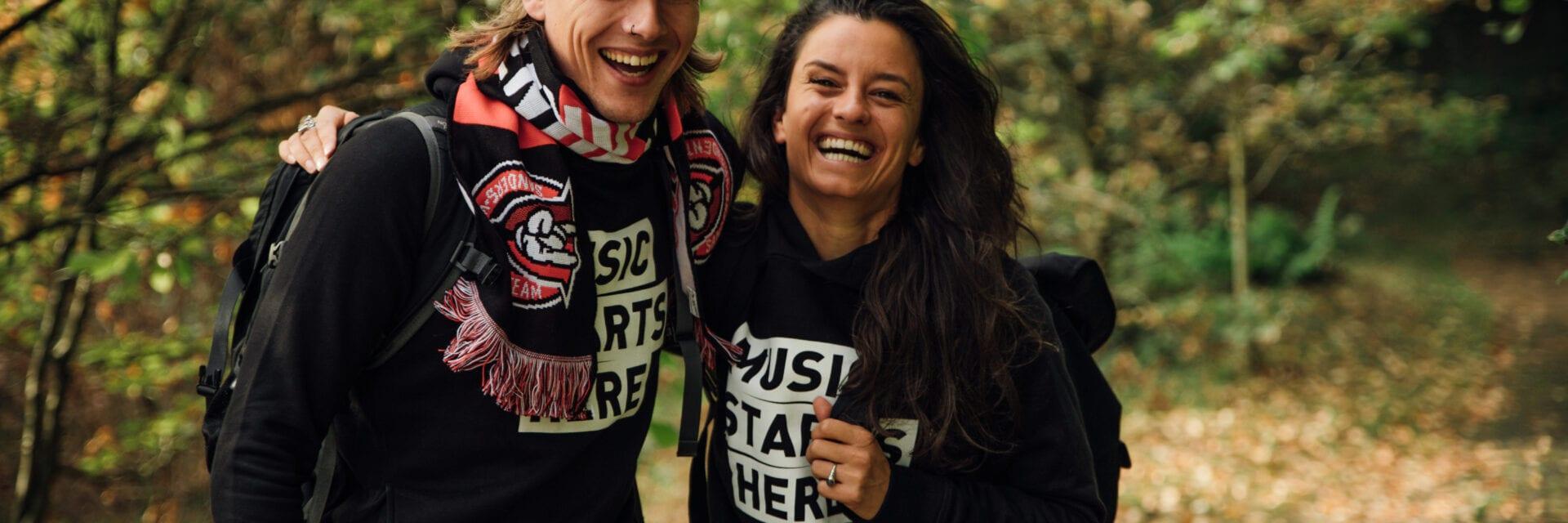 Serious Request koppel Sander en Eva bezoeken de Afsluitdijk. Dit koppel staat lachend in het bos.