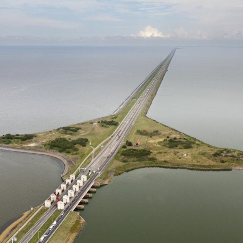 Nederland, Noord-Holland, Den Oever, september 2010, .De Afsluitdijk met onder in beeld de spuisluizen. Links de Waddenzee, rechts het IJsselmeer.