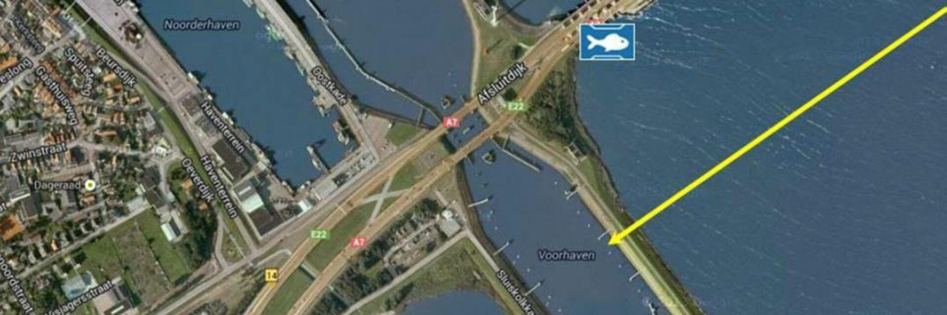 Een weergave van de toekomstige Vismigratierivier: je ziet de kaart van Den Oever. Naast de stad ligt de Voorhaven. Hier wordt de vispassage aangelegd. Dit mondt uit in een visvriendelijke schut- en spuisluisbeheer bij het IJsselmeer (rechts). Ga je verder de Afsluitdijk op dan kom je ook drie visvriendelijke schut- en sluisbeheerpunten tegen.