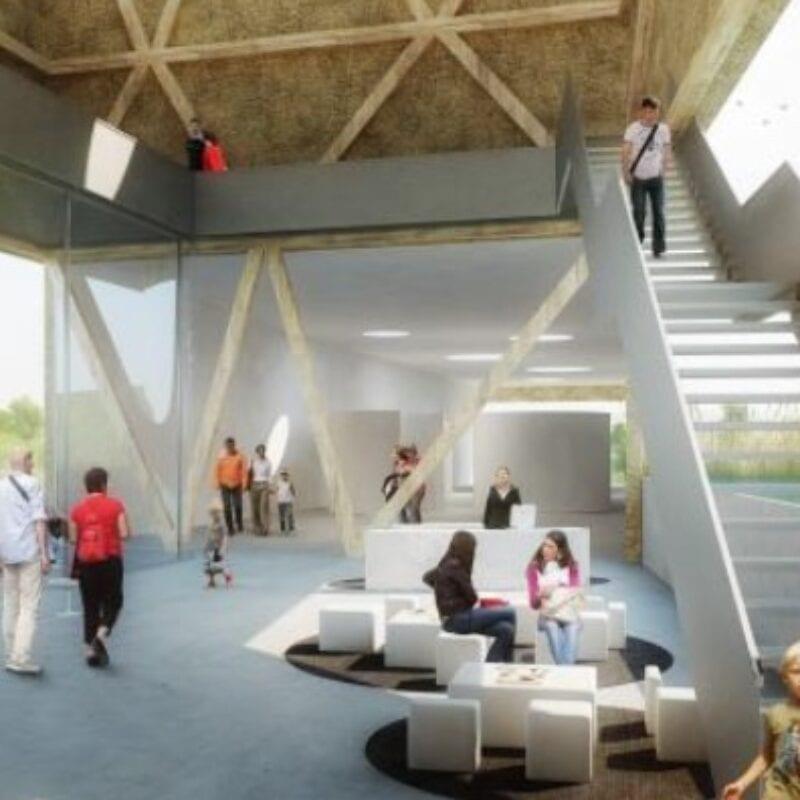 Impressie van het beleefcentrum. We zien een hal met rechts een trap. Er lopen veel mensen en kinderen.