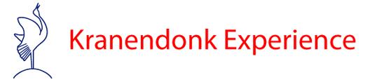 Dit is het logo van Kranendonk Experience. Dit is een tekst in rode letters en links staat een kraaiende kraanvogel.