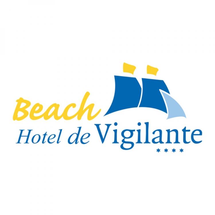 Het logo van Beach Hotel de Vigilante. Beach is geel en de andere tekst staat hieronder in het blauw. Aan de rechterkant staan vijf blokjes in het blauw en geel.