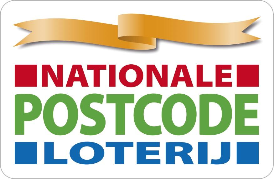 Logo Nationale Postcode Loterij. Deze naam staat in het rood, groen en blauw in een wit vlak. Bovenaan zie je een gouden wimpel.