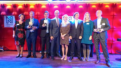 Minister Kamp (midden) poseert met enkele finalisten die hun inzending bekroond zagen met de titel Nationaal Icoon 2016.