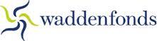 Logo Waddenfonds. Op een witte achtergrond staat een tweekleurige zon uit lijnen. Rechts staat er de blauwe tekst: Waddenfonds.