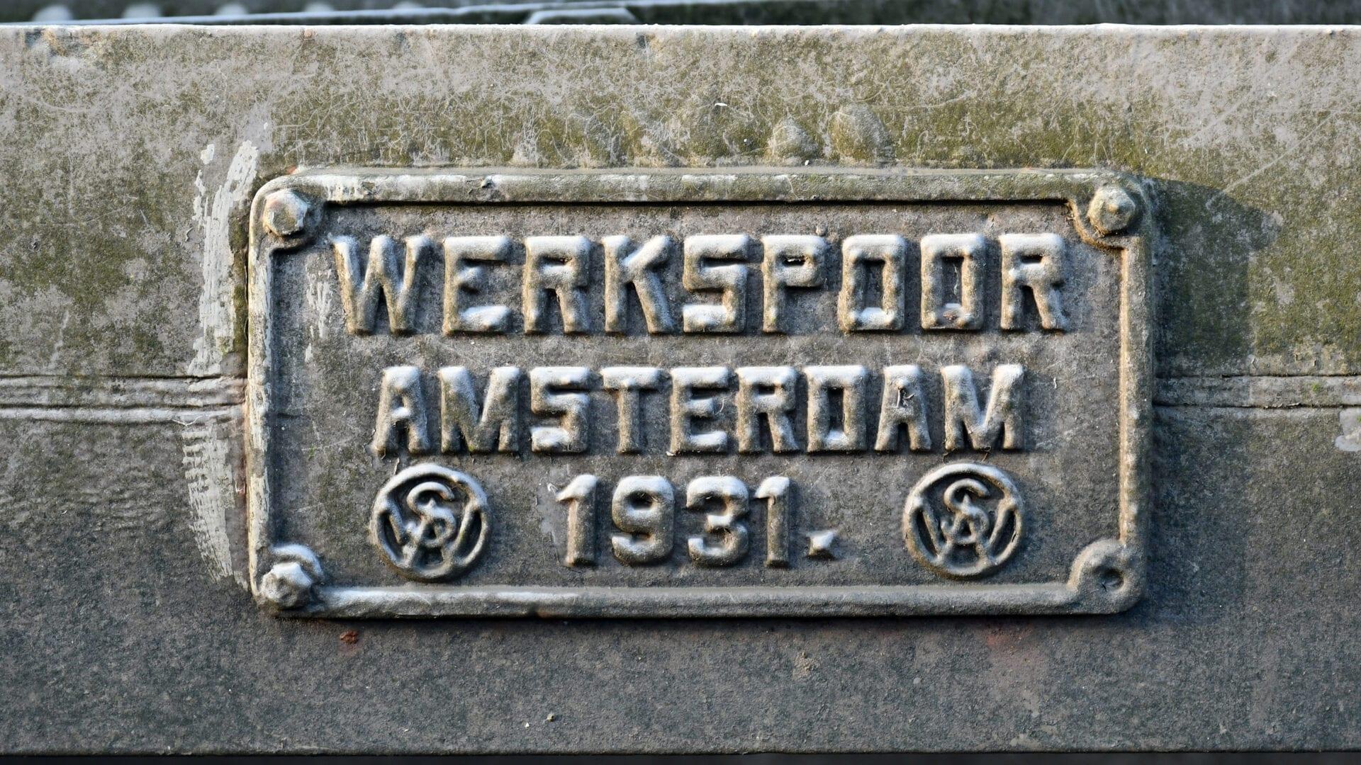 Op de foto staat een naamplaatje met vermelding. De vermelding luidt: werkspoor Amsterdam 1931.