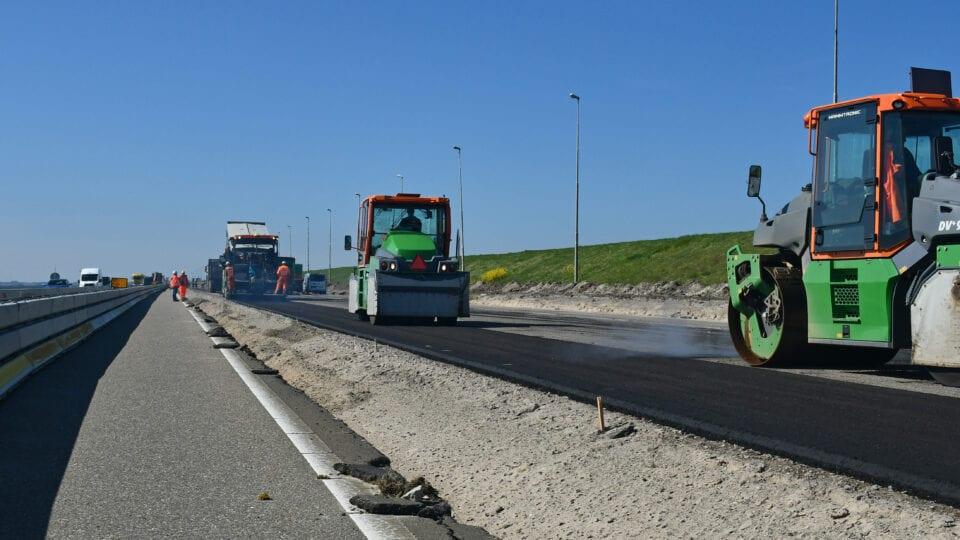 Op de A7 tussen Breezanddijk en het Monument is een asfaltmachine gestart met het verbeteren van het wegprofiel. De rijbaan aan de kant van de middenberm wordt verbreed. Op de noordelijke rijbaan (richting Noord-Holland) is de nieuwe hemelwaterafvoer onder de weg naar de Waddenzee aangelegd en is de fundering van de weg aangebracht.