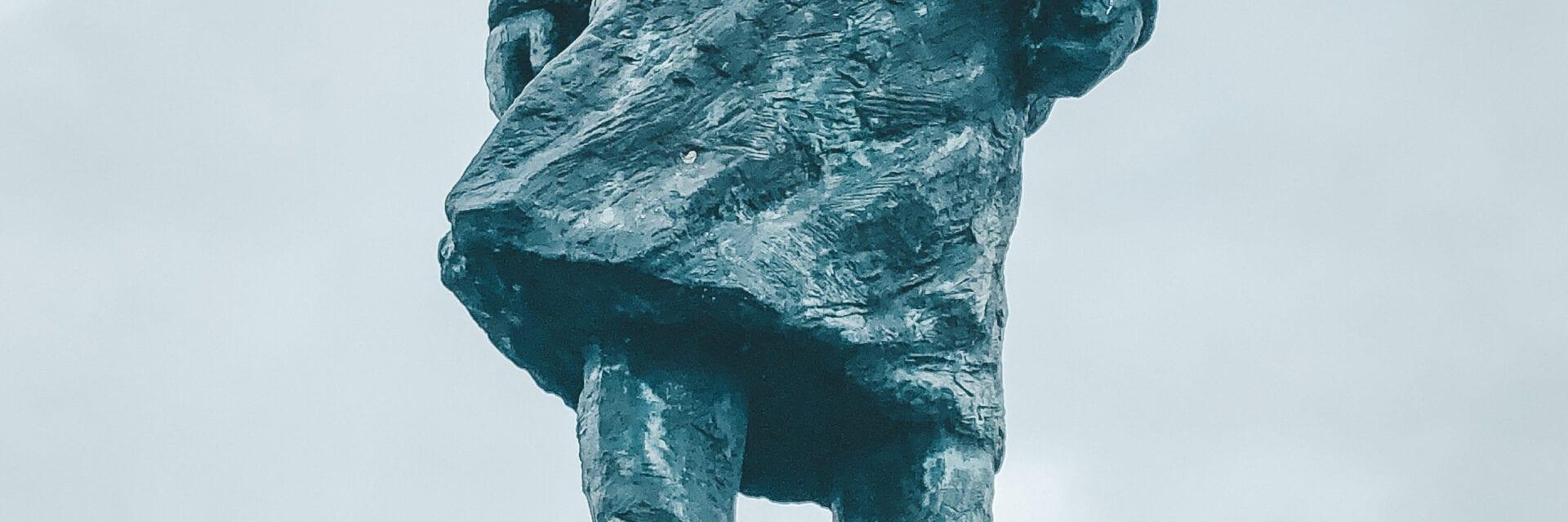 Op de foto zie je het monument van Lely vanaf de onderkant