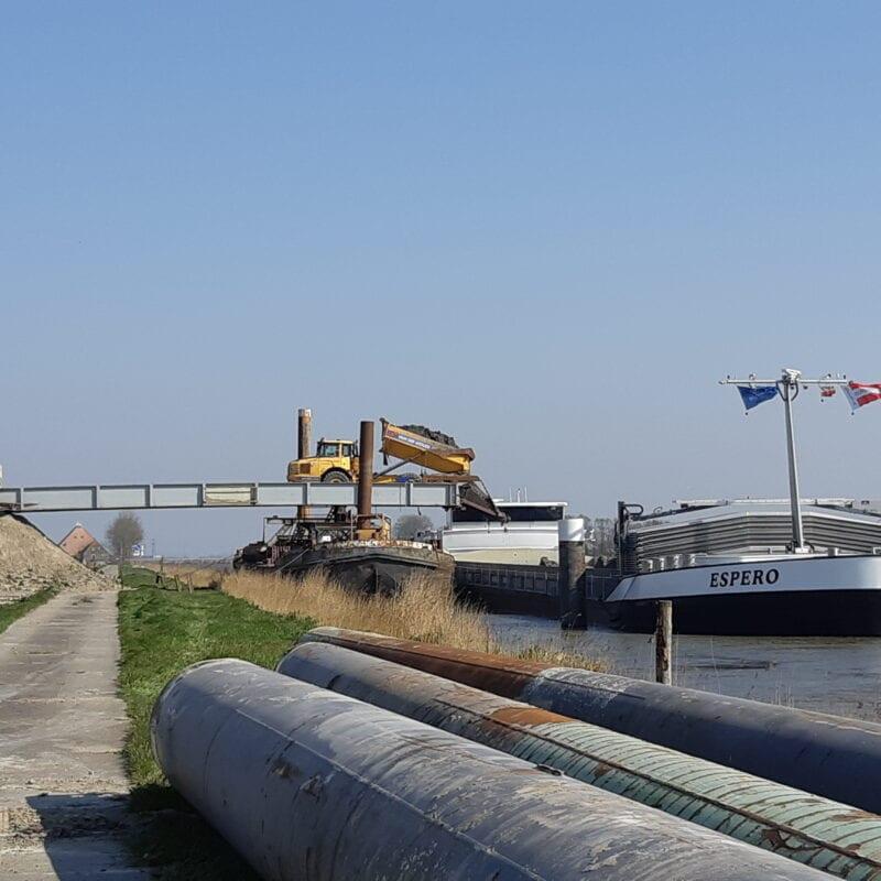 De bulten zand worden van depot Oostpoort ingeladen op schepen en vervoerd naar het IJsselmeer bij Kornwerderzand.