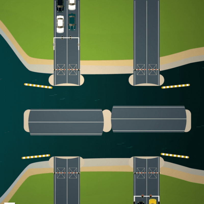 Op deze afbeelding zien we een visualisatie van de Afsluitdijk. Je ziet een getekende weg met een openstaande, gedraaide brug. In het water liggen vijf getekende boten.