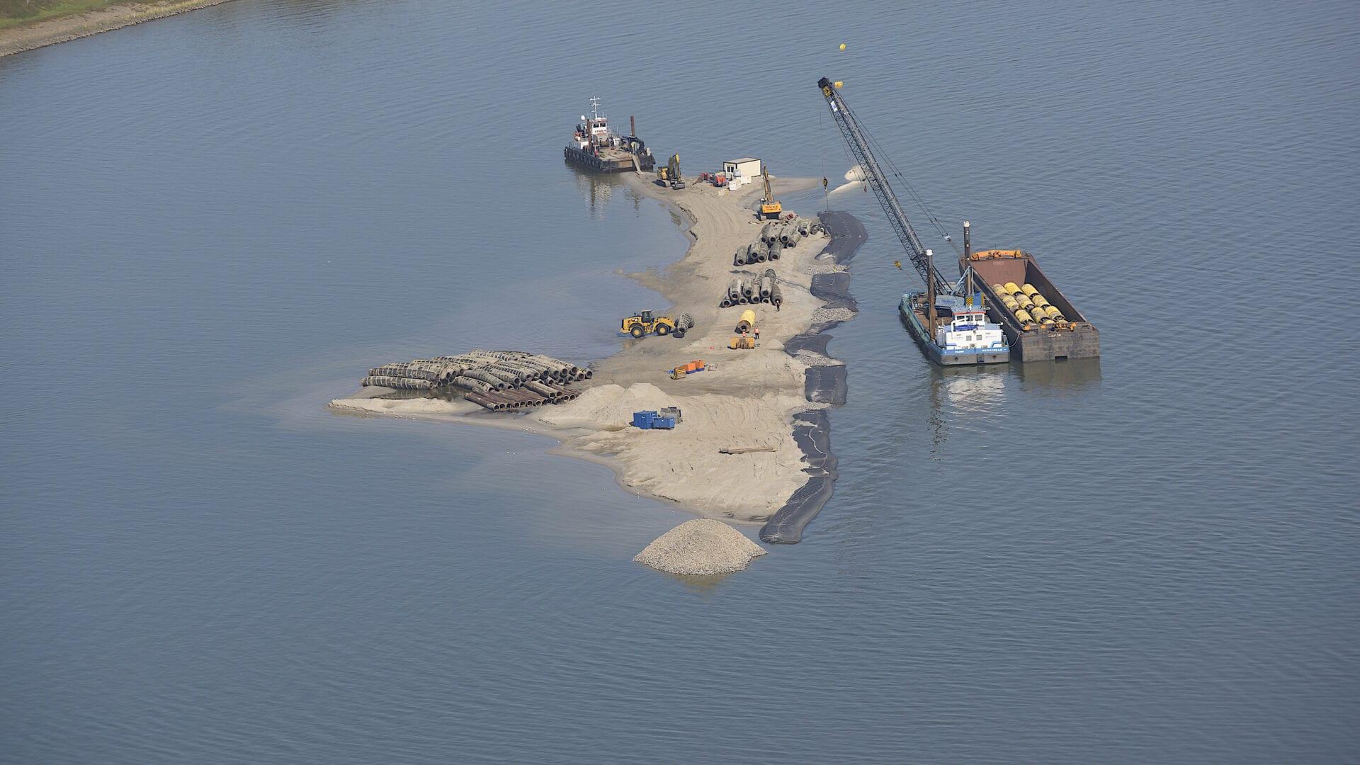 Werkeiland voor de aanleg van Windpark Fryslan. Later wordt dit een natuureiland bi de toekomstige Vismigratierivier.