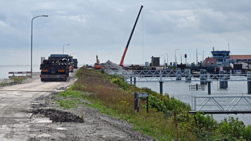 Bij de oostelijke havenkom wordt via het KPN dijkje materieel aangevoerd naar het werkterrein
