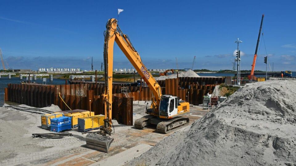 De bouwkuip wordt aangevuld. Vanuit hier wordt de nieuwe keersluis opgebouwd.