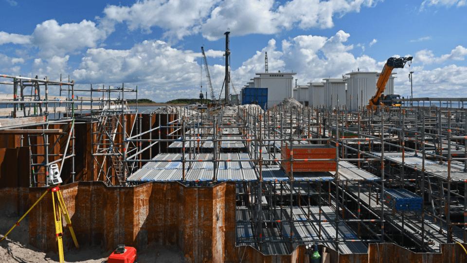 Eerste pompgemaal Den Oever - voor de opbouw van het dak van het zogenaamde kleppenhuis van het gemaal is de bouwkuip van 500 m3 vol gezet met steigers.
