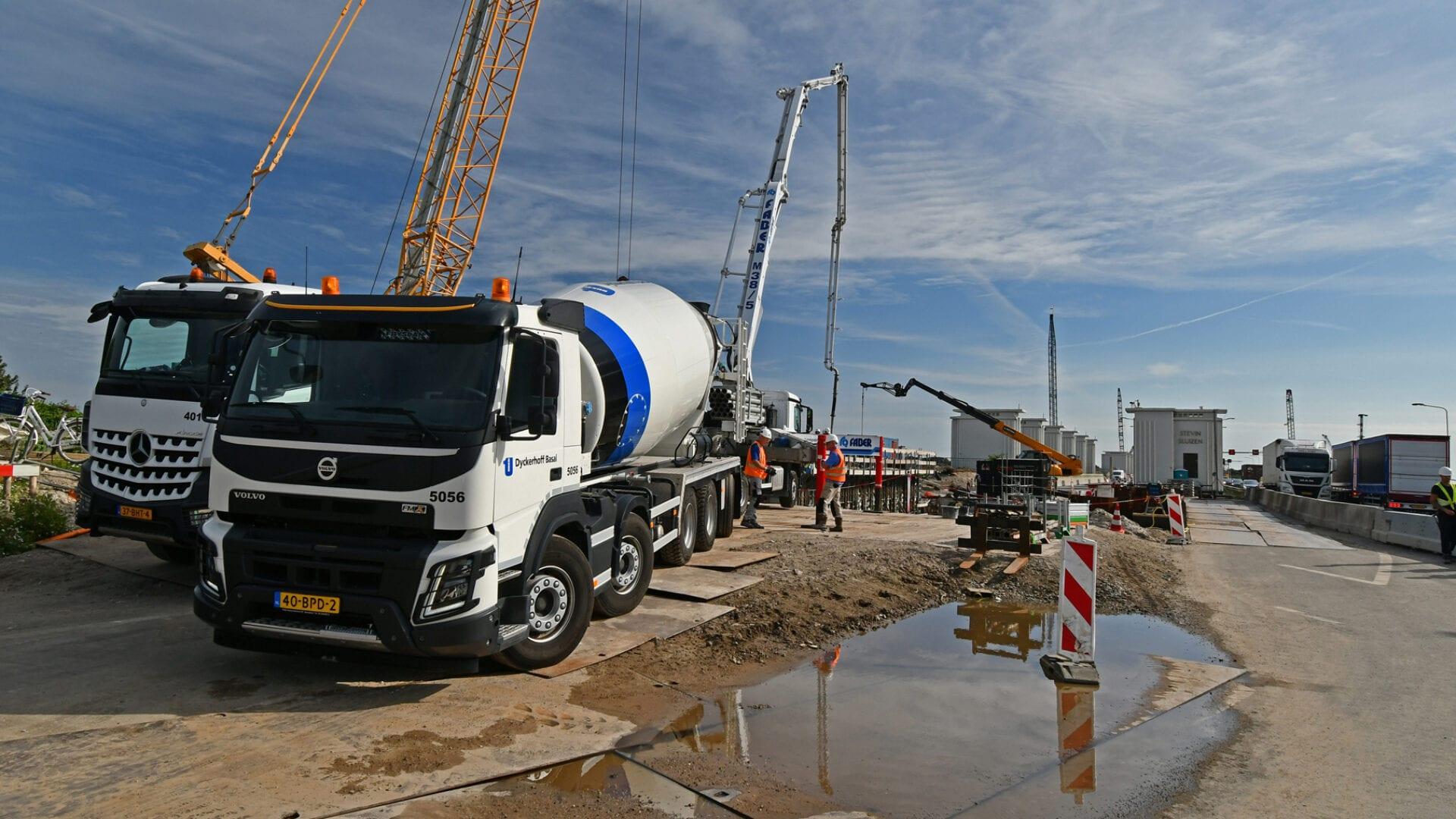 Betonstort van de voorwand van het gemaal. 14 vrachtwagens (ladingen) waren nodig voor de stort van deze wand.