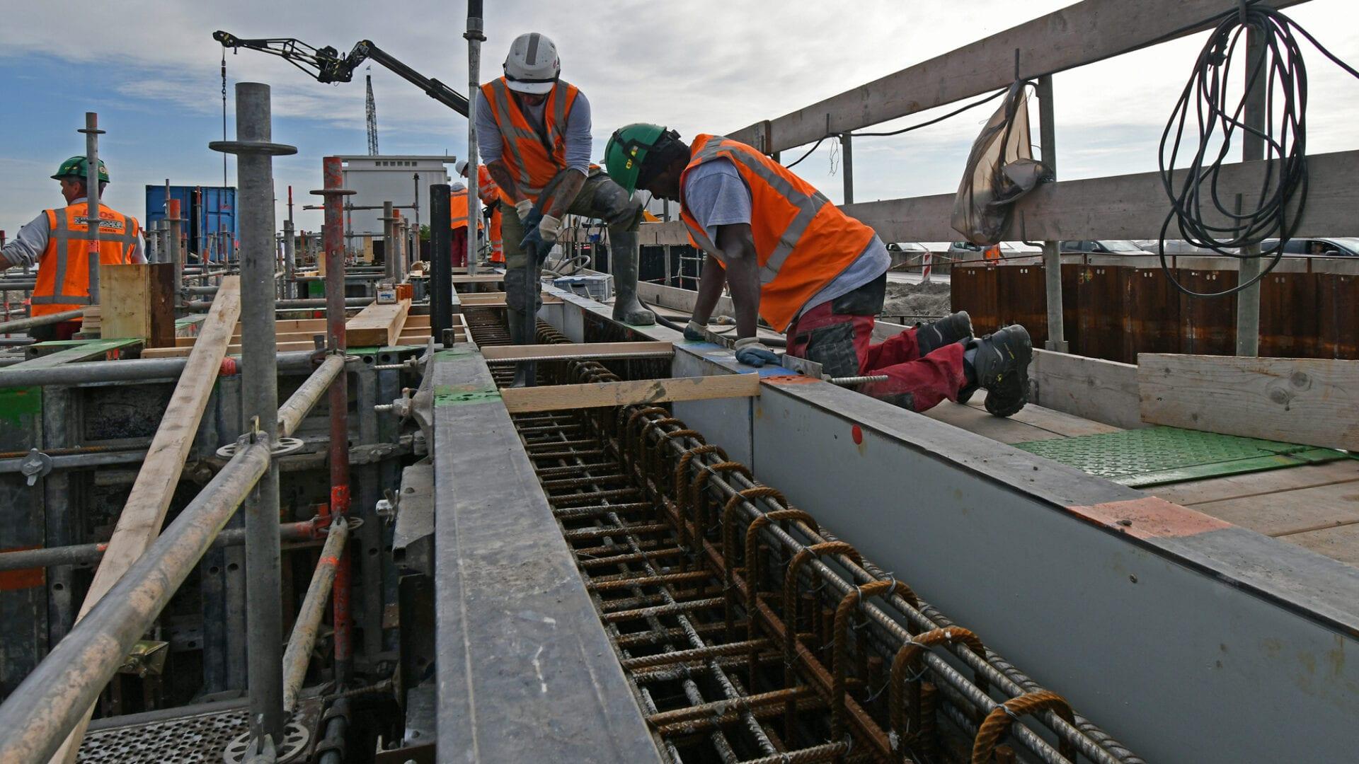 De voorwand van het gemaal wordt gestort. 14 vrachtwagens (ladingen) waren nodig om ca. 120 m3 beton voor deze wand aan te voeren.