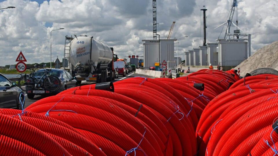De kabels en leidingen die op de tusseneilanden lopen worden tijdelijk omgelegd met gebruik van mantelbuizen (rode buizen) om ruimte te maken voor de werkzaamheden.