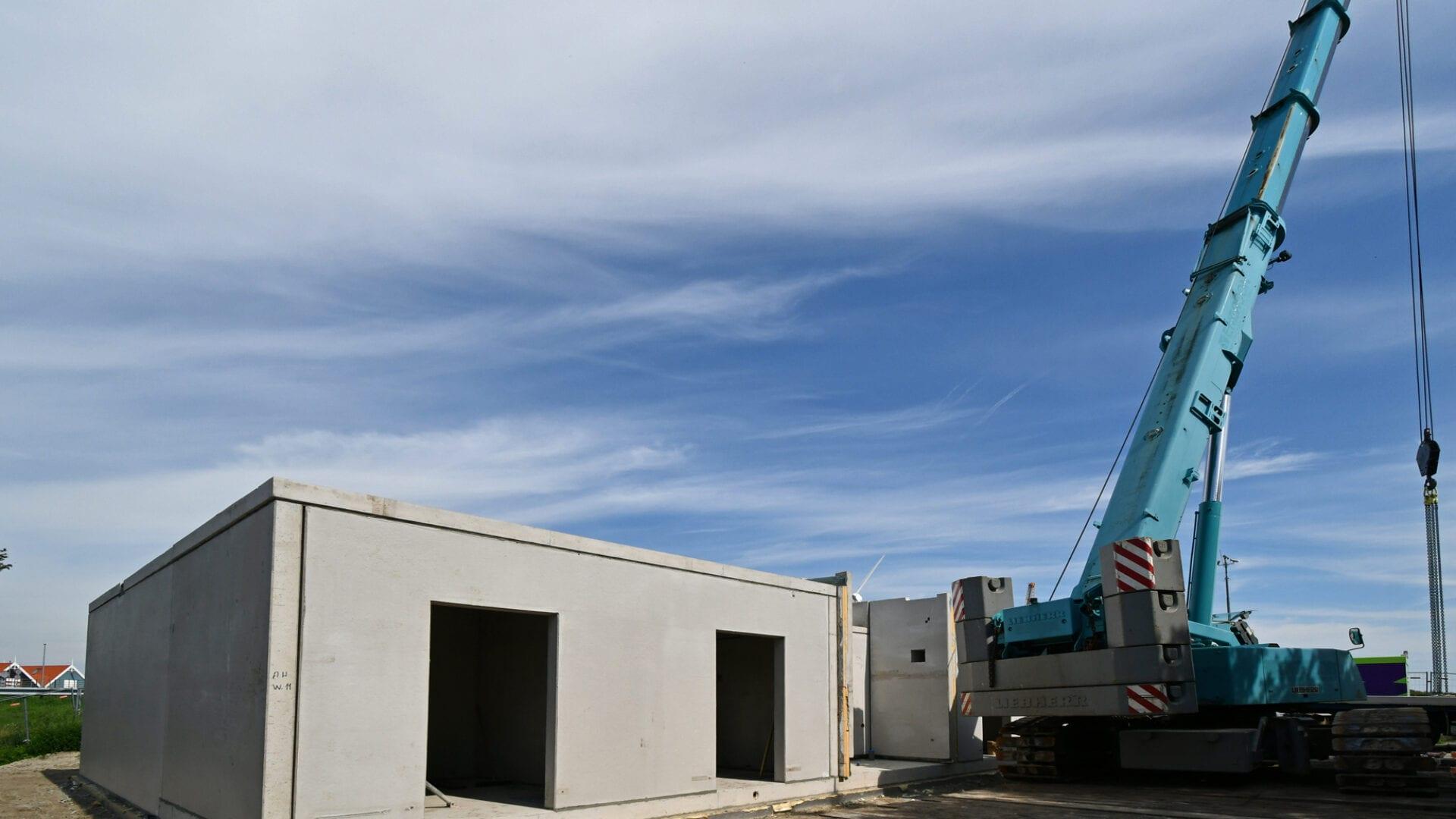 Voor de bediening van onder meer de pompgemalen wordt ter hoogte van Den Oever een zogenaamd inkoopstation gebouwd. De vloeren zijn geplaatst en de bovenbouw wordt in prefab onderdelen op hun plaatst gehesen.