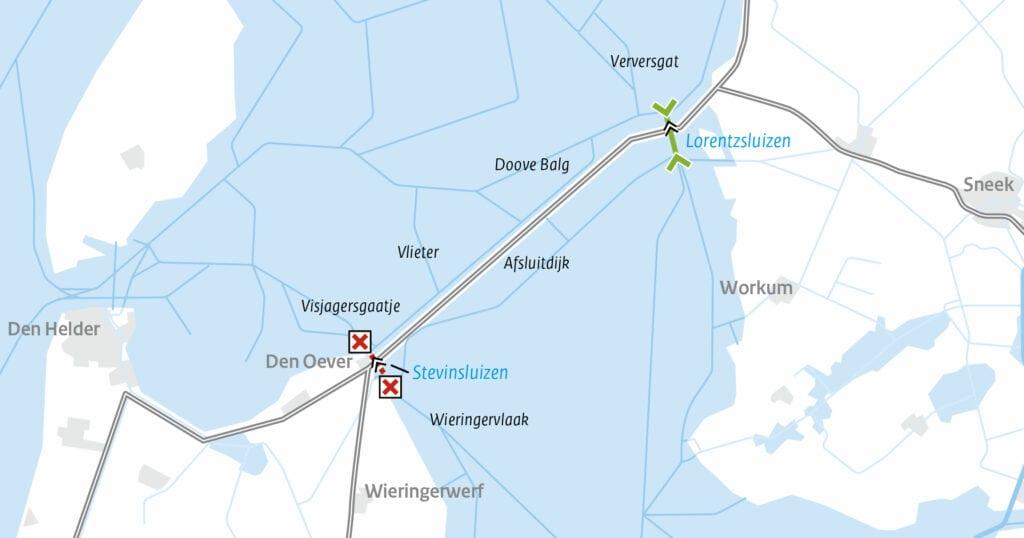Op de afbeelding zie je een kaart met daarop de Afsluitdijk, een rood kruis bij de Stevinsluizen Den oever en twee groene pijlen bij de Lorentzsluizen Kornwerderzand.