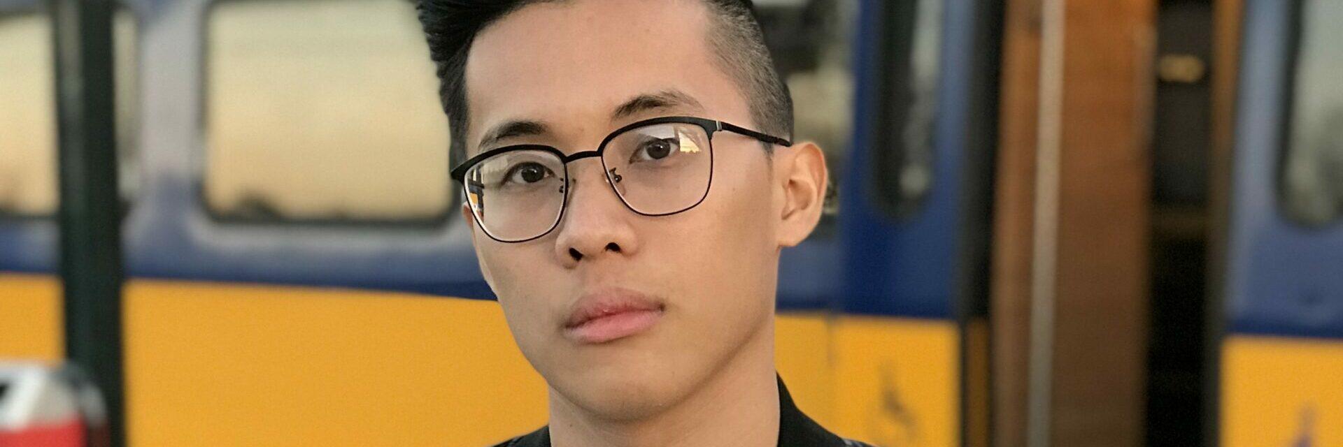 Op de foto zie je Hai Hoang op een Nederlands perron. Hij is een van de studenten die onderzicht heeft hoe je De Afsluitdijk beter op de kaart kunt zetten in het buitenland.