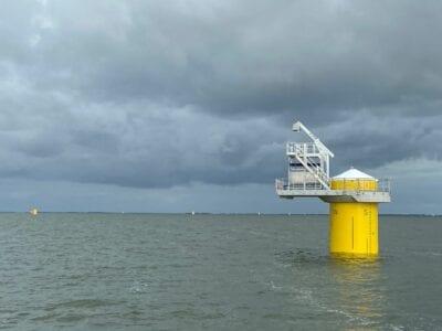 platform van windparkfryslan in ijsselmeer