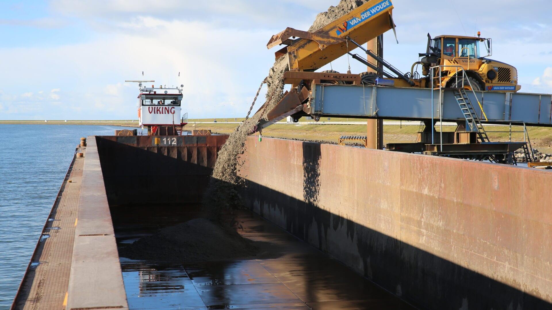 zand dat wordt afgegraven wordt weer gebruikt voor versterking van de Afsluitdijk