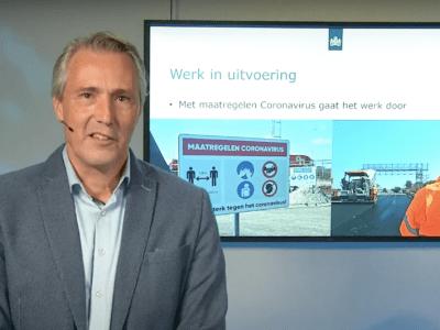Op deze foto zie je Lukas Meursing presenteren tijdens de webinar op 24 november. Achter hem zie je een PowerPoint presentatie op scherm