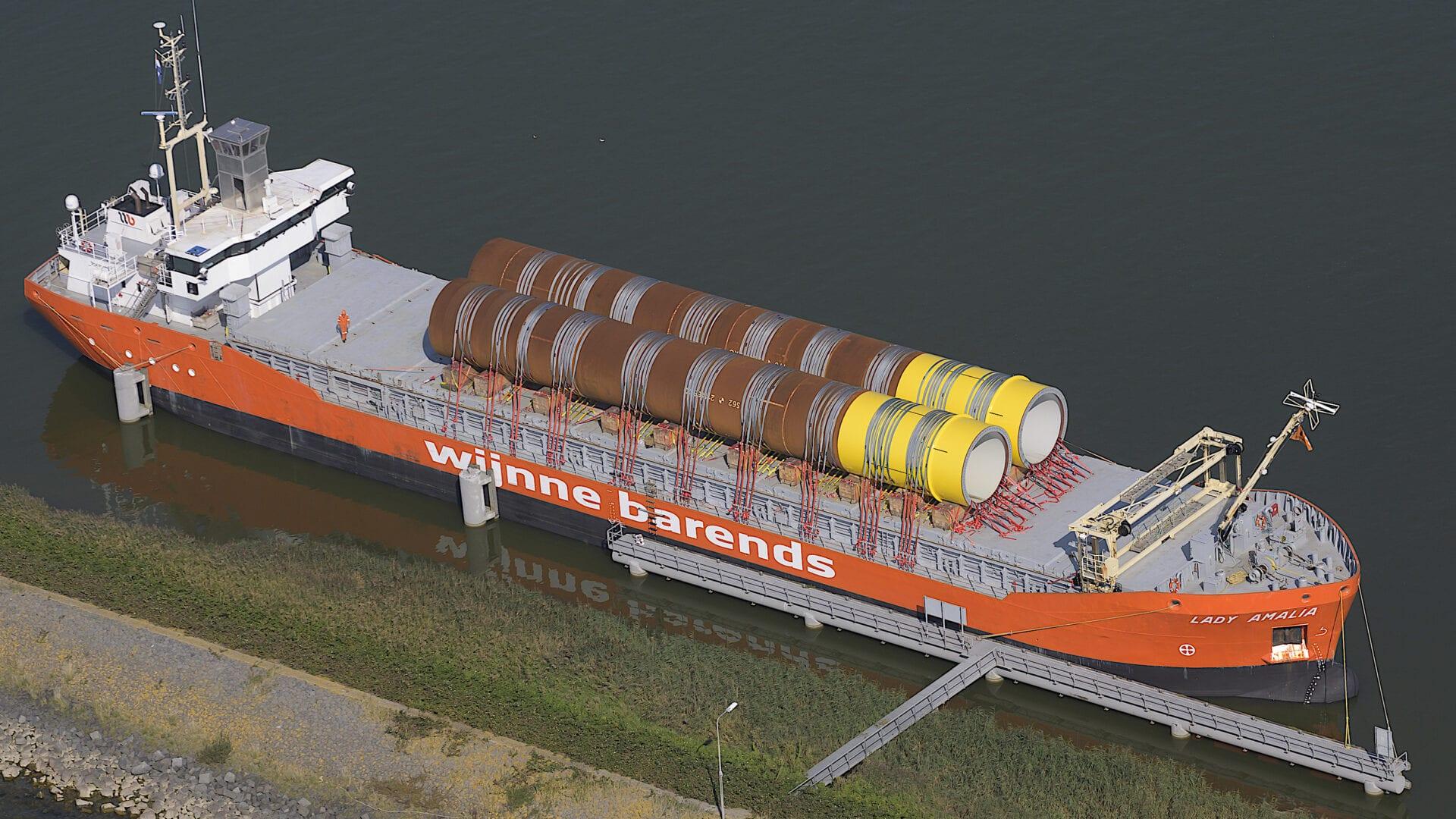 Dit is een oranje vrachtschip.
