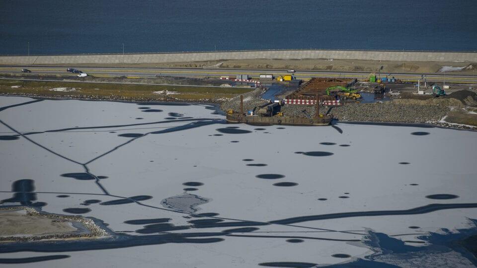 Luchtfoto van het de coupure bij Kornwerderzand. Het is winter.