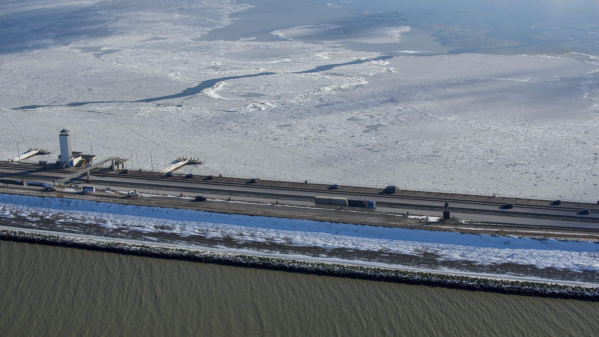 Luchtfoto van het Vlietermonument. Deze uitkijktoren staat op de Afsluitdijk en geeft een uitzicht over de hele omgeving.