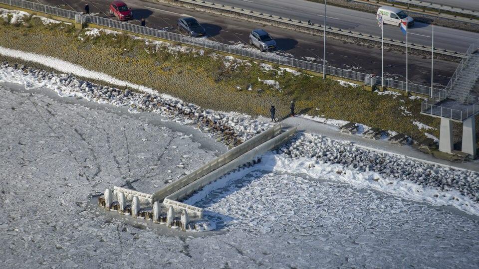 Luchtfoto van de steiger bij het monument. Het is winter en het water is bevroren.