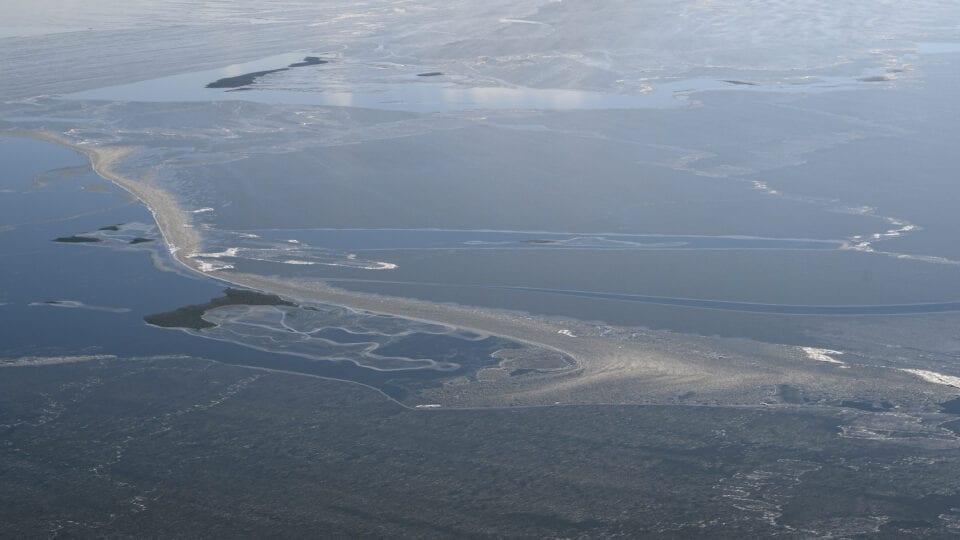 Luchtfoto van het IJsselmeer in de winter.