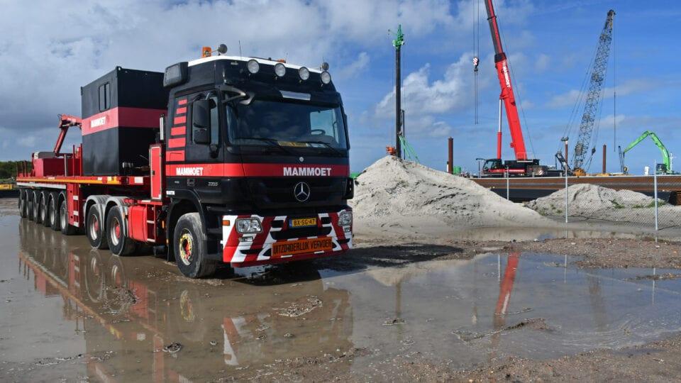 Bij het bouwterrein wordt een 200 tons telekraan opgebouwd.