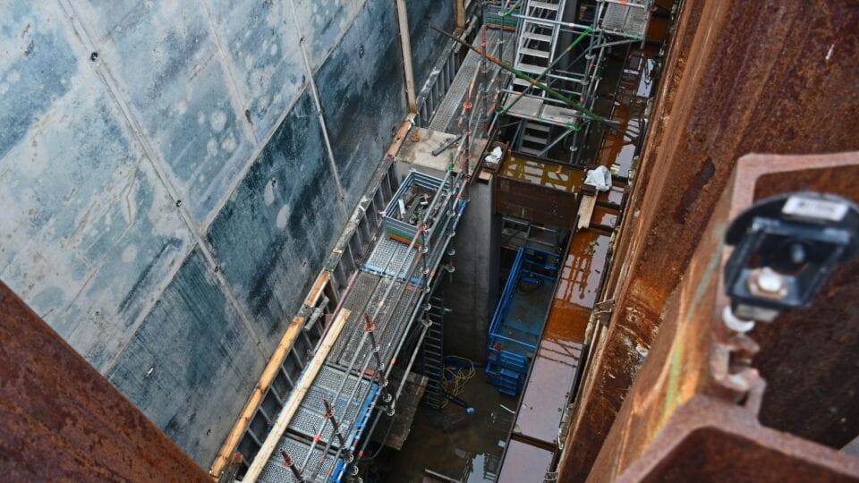 Van boven zien we de 3 afvoerkanalen die het water van het pompgemaal naar de Waddenzee geleiden.