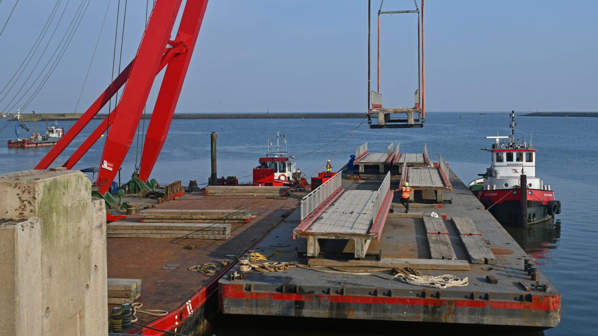 Renovatie van de bestaande spuimiddelen. Op de foto worden de fietsbruggen met een drijvend blok verwijderd.