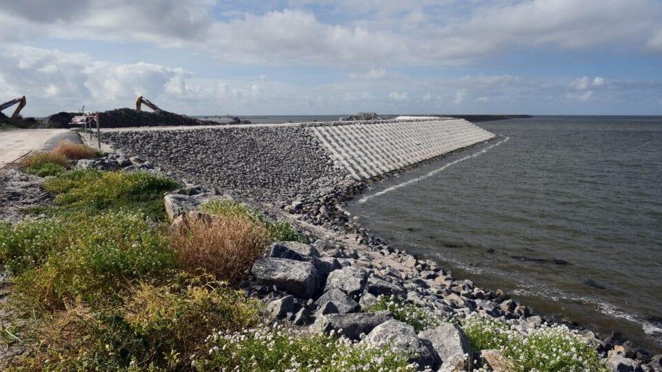 Om de doorgang in de Afsluitdijk te maken is er een tijdelijke waterkering aangelegd,