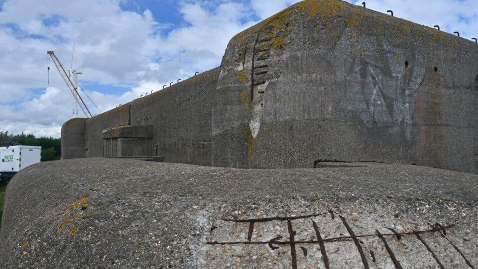 Op de foto zie je de XI-Kazemat een betonnen gebouw dat in de oorlog gebruikt is.
