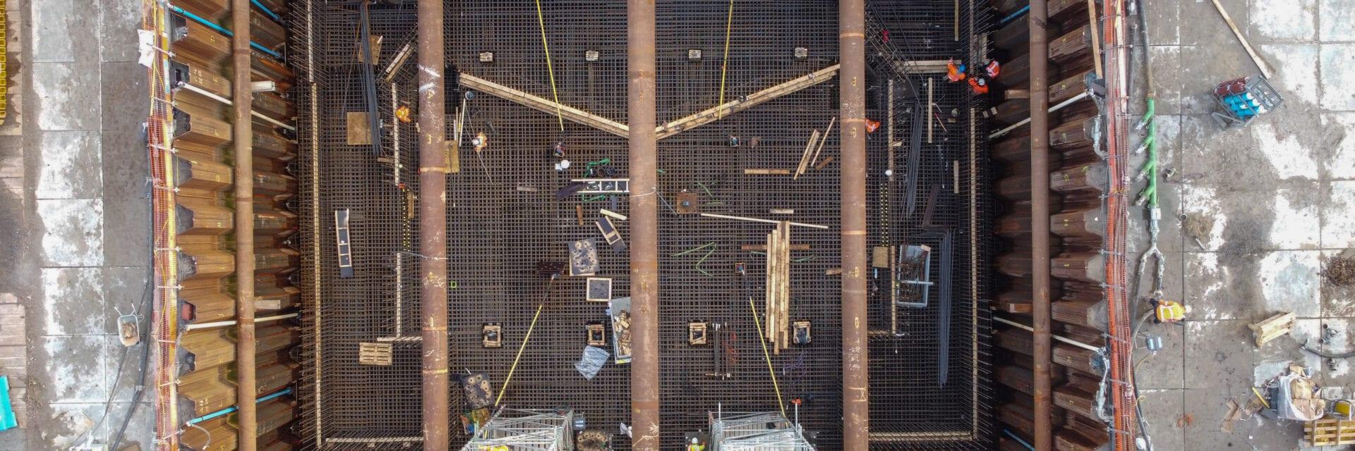 Op deze foto zie je de bouwkuip van de keersluis bij Den Oever.