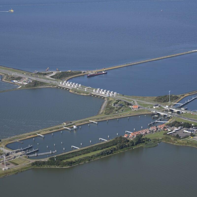 We kijken van boven op Kornwerderzand, de sluis en de wateren rondom de Afsluitdijk