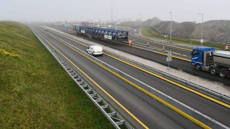 Op de foto zie je de A7, weg van de Afsluitdijk. Er rijdt een transportband van Levvel over de weg.