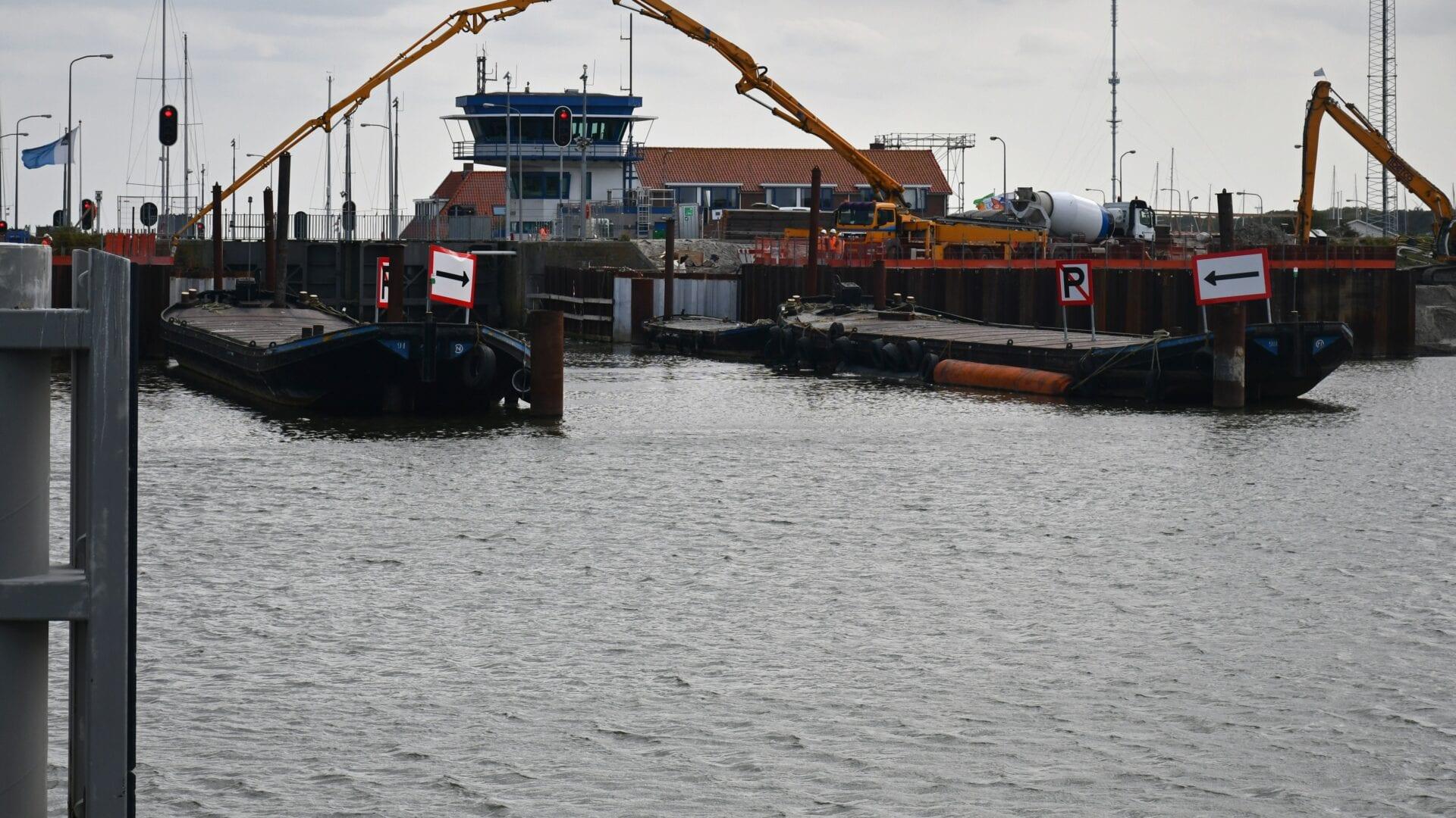 Op de foto zie je de sluizen bij Den Oever. We kijken naar de werkzaamheden van de boten op het water.