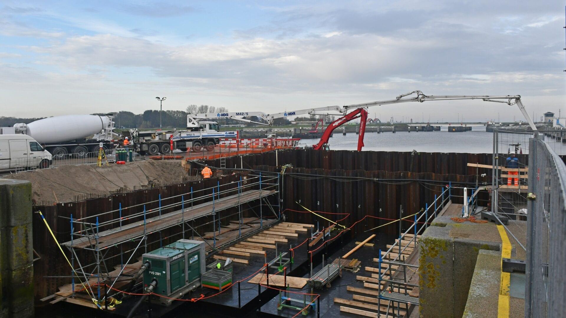 Keersluis Den Oever, we zien de stort van onderwaterbeton in de bouwkuip.