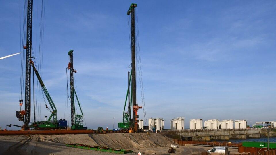 Eerste pompgemaal Den Oever: de contouren van de bouwkuip verschijnen aan de kant van het IJsselmeer.