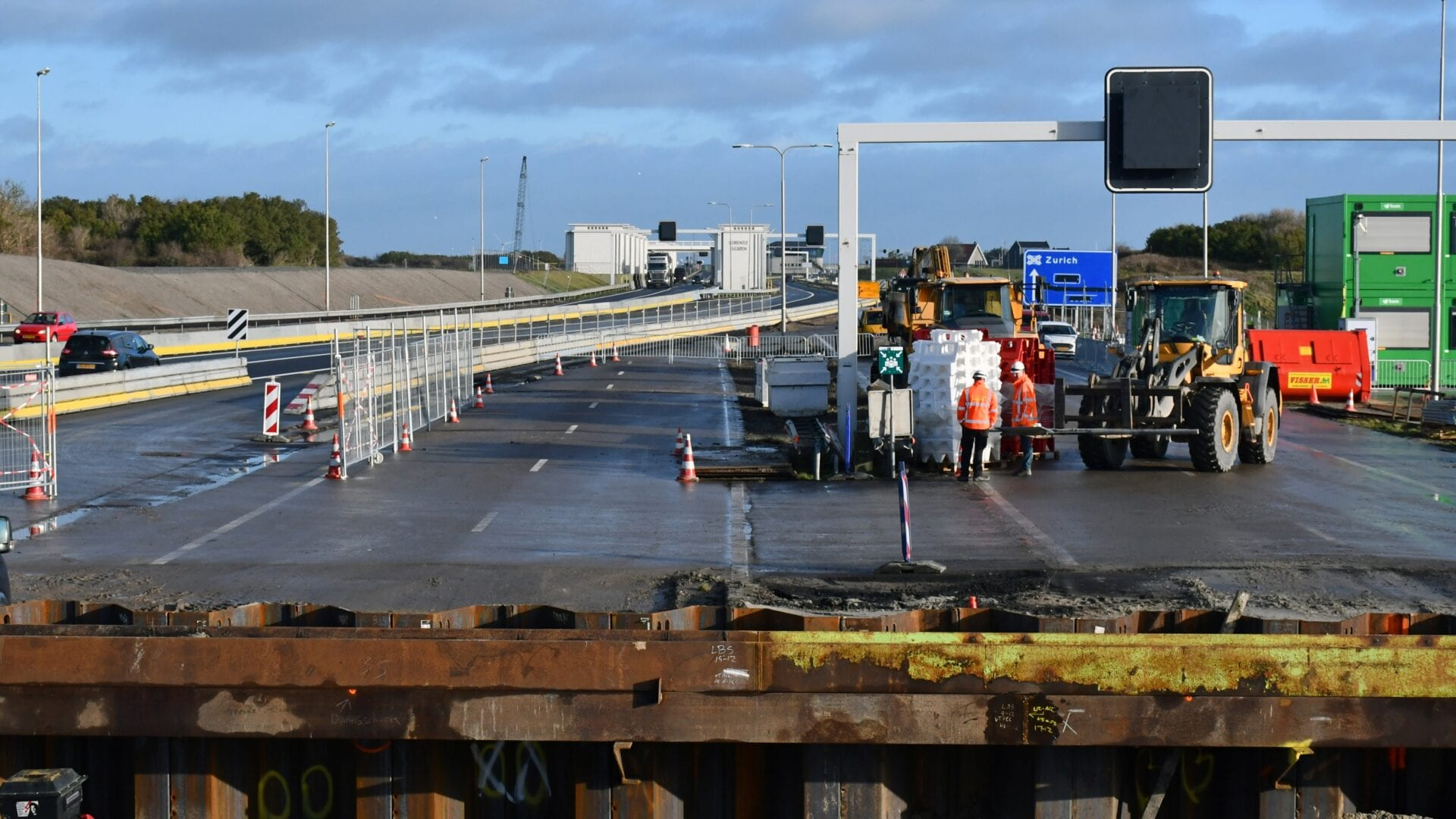 Coupure Vismigratie Rivier; het verkeer op de A7 is over de bypass geleid, zodat de bouwkuip voor de coupure / doorgang door de dijk aan de kant van het IJsselmeer gebouwd kan worden.